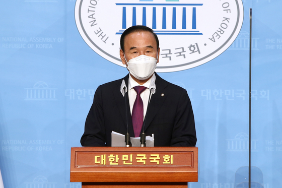 Rep. Park Duk-hyum says in a press conference on Wednesday that he will forfeit his membership with the People Power Party (PPP) and face corruption allegations as an independent lawmaker.  [YONHAP]