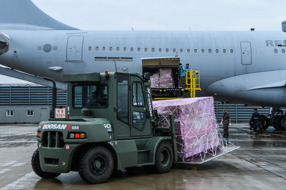 Face masks being loaded onto the Korean Air Force's KC-330 aerial refueling aircraft before it was due to depart to Iraq to evacuate Korean citizens this July. The masks were donated to the Iraqi government. [AIR FORCE]
