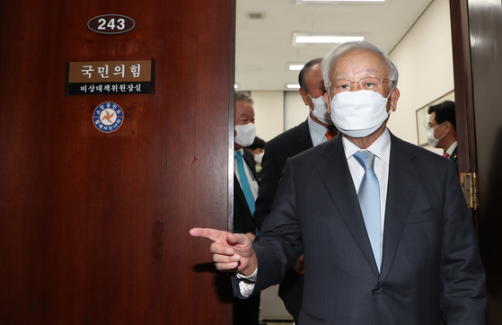 Sohn Kyung-shik, chairman at Korea Employers Federation (KEF), comes out of an office after meeting Kim Chong-in, an interim leader of the main opposition United Future Party at the National Assembly in Yeouido, western Seoul, on Wednesday. [YONHAP]