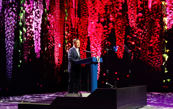 President Moon Jae-in emphasizes the need to strengthen digital cultural and entertainment industries at an online exclusive performance center in Gimpo, Gyeonggi on Thursday. This is his fifth tour regarding the Korean New Deal agenda. [YONHAP]