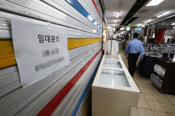 A shuttered store in Dongdaemun District, eastern Seoul, with a sign seeking new tenants is pictured on Sept. 18 as the coronavirus continues to take a heavy toll on small shops. [YONHAP]