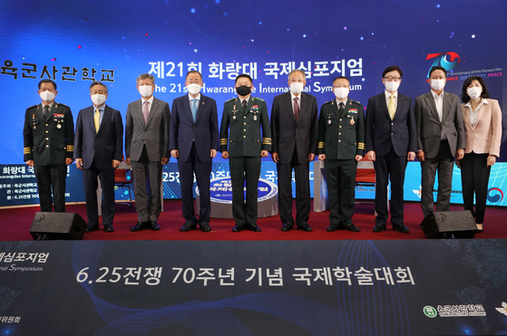 Distinguished guests gather on stage after Ban's discussion with Powell. From left: Brig. Gen. Jeon Seong-hyeon, dean of the KMA's Academic Board; Kim Sook, former South Korean ambassador to the United Nations; Park Sam-duck, minister of patriots and veterans affairs; Ban; Lt. Gen. Chung Jin-kyung, superintendent of the KMA; Poongsan Corp. Chairman and CEO Ryu Jin; Brig. Gen. Shin Sang-bum, head of the Commemorative Task Force for the 70th Anniversary of the Korean War at the Ministry of National Defense; Ryu Kwon-ha, CEO of the Korea JoongAng Daily; Kim Ju-yong, director general of the 70th Anniversary of the Korean War Commemoration Office at the Ministry of Patriots and Veterans Affairs; and Sohn Ji-ae, a professor at Ewha Womans University's Graduate School of International Studies. [PARK SANG-MOON]