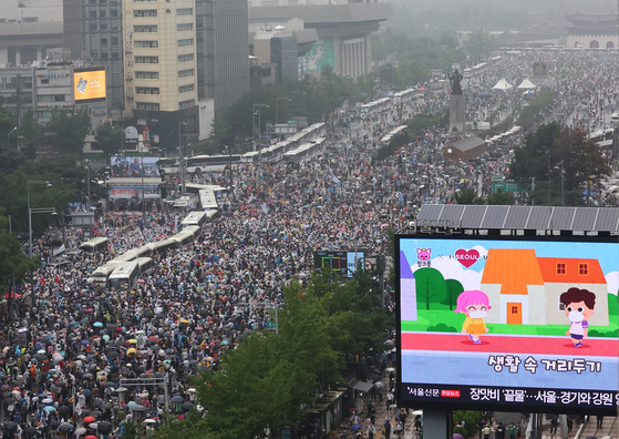 Streets of central Seoul near Gwanghwamun are filled with antigovernment protesters on Aug. 15, 2020.  [YONHAP]