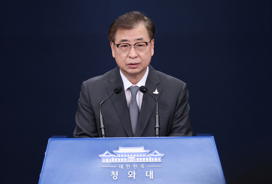 Suh Hoon, South Korea's director of the National Security Office in the Blue House, relays North Korea's message about its recent killing of a South Korean official at a press briefing Friday. [YONHAP]
