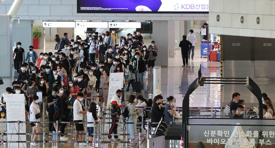 Passengers prepare to board a domestic flight at Gimpo Airport in Gangseo District, western Seoul, on Sunday. Ahead of the Chuseok holiday, which falls on Oct. 1 this year, the number of people travelling domestically during the five-day holiday has increased drastically as the pandemic has put a near halt to trips abroad.  [NEWS1]