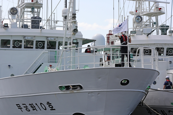 The Mugunghwa 10, the fishing inspection vessel that a South Korean fisheries official disappeared off of near the de facto inter-Korean maritime border in the Yellow Sea, is anchored off the coast of Mokpo in South Jeolla Sunday. [NEWS1]