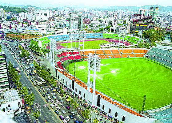 Dongdaemun Stadium in 1997 by Lim Chung-eui. [LIM CHUNG-EUI]