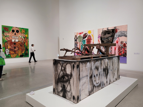 """The view of Space K Seoul's inaugural exhibition 'Distorted Portrait"""" with German artist Andre Butzer's painting 'Untitled(Wanderer),"""" left, and Pakistani American artist Huma Bhabha's sculpture 'One Thousand,"""" right. [MOON SO-YOUNG]"""