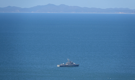 A South Korean Navy vessel on Friday patrols waters near the Northern Limit Line (NLL), the de facto maritime border with North Korea, where a fisheries official went missing last week and was later killed by a North Korean patrol. [YONHAP]