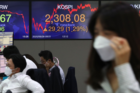 A screen shows the closing figures for the Kospi in a trading room at Hana Bank in Jung District, central Seoul, Monday. [NEWS 1]