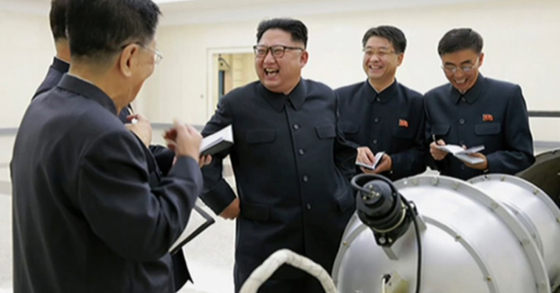 """North Korean leader Kim Jong-un bursts into laughter after inspecting an alleged hydrogen bomb developed by North Korean scientists and weapons engineers in September 2017. According to the book 'Rage"""" by Bob Woodward, Kim thinks the South Korean military is no match for the North's power. [YONHAP]"""