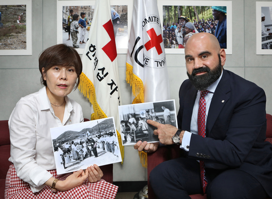 From left, Kim Ju-ja, director-general of the International Relations and Inter-Korean Office of the Korean National Red Cross (KNRC), and Charles Sabga, head of the International Committee of the Red Cross (ICRC) Mission in Korea, speak with the Korea JoongAng Daily at the ICRC Korea's office in central Seoul on Aug. 12. [PARK SANG-MOON]