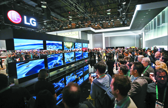 LG Electronics presented the world's first rollable OLED TV during CES 2020 in January. [YONHAP]