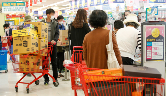 Customers line up to buy gift sets ahead of the Chuseok holidays at a discount store in Jung District, central Seoul, Sept. 24. [NEWS1]