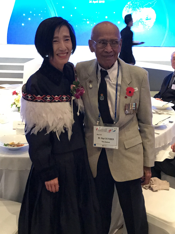 Hapi October, New Zealand veteran of the Korean War, right, with then-Minister of Patriots and Veterans Affairs Pi Woo-jin in Seoul in 2019. [EMBASSY OF NEW ZEALAND IN KOREA]