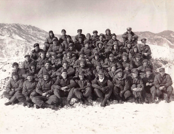 No. 2 Squadron personnel at the K-46 advanced air base at Hoengsong, Gangwon, in 1952. [SOUTH AFRICAN AIR FORCE MUSEUM/ SOUTH AFRICAN KOREAN WAR VETERANS ASSOCIATION]
