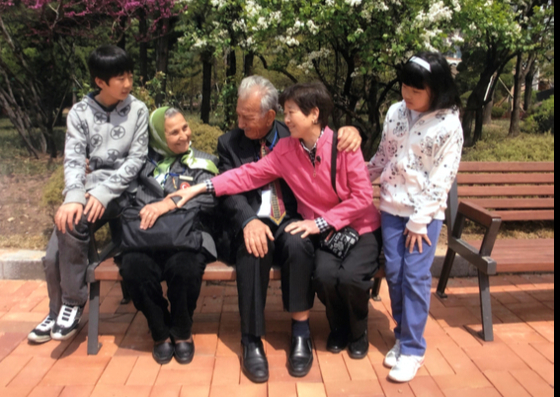 Kim and her family with Suleyman Dilbirligi and his wife Nimet Dilbirligi at the Ankara Park in Yeouido, western Seoul, in 2010, where they met for the first time in 60 years. The photo was provided to the paper by Kim. [KIM EUN-JA]