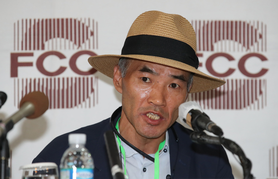 Lee Rae-jin, elder brother of the victim, holds a press conference at the Seoul Foreign Correspondents' Club on Tuesday to denounce the Moon Jae-in administration for having failed to rescue his brother.  [YONHAP]