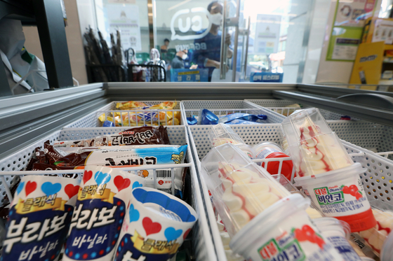 Ice cream is stacked in the refrigerator of a CU convenience store in Yeoksam-dong, Gangnam District, southern Seoul. [NEWS1]