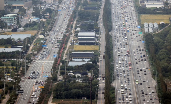 Cars line the Gyeongbu Expressway Tuesday, a day ahead of the five-day Chuseok holiday, in an image captured from a police helicopter. [YONHAP]