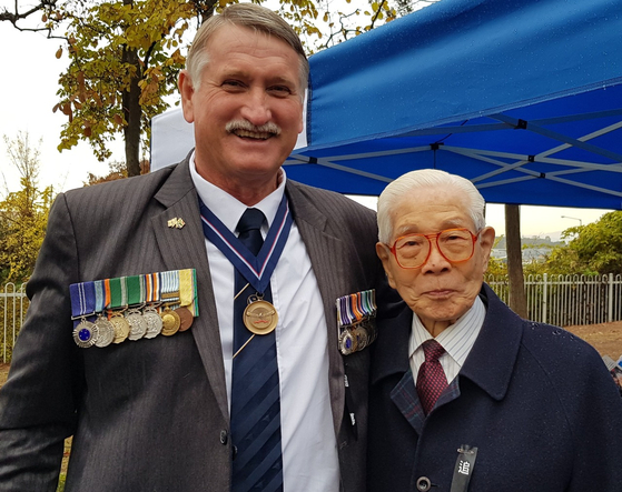 Col. Dirk Louw, son of Sgt. Louw, left, and Chi Kap-chong, chairman of the United Nations Korean War Allies Association, at the South African Air Force Memorial in Pyeongtaek, Gyeonggi, in November 2019. [SOUTH AFRICAN KOREAN WAR VETERANS ASSOCIATION]