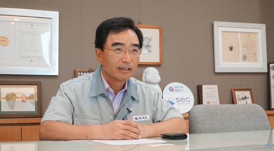 SEC CEO Kim Jong-hyun speaks at the company's headquarters in Suwon, Gyeonggi, on Aug. 26. [JEON TAE-GYU]