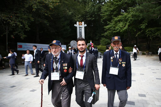 Muhit Karaman, left, during his participation of the Korean government's revisitation program for Korean War veterans in 2019. [MUHIT KARAMAN]
