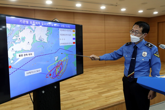 Yoon Sung-hyun, chief of investigation and intelligence at the Coast Guard, gives a briefing Tuesday to reporters on a South Korean fisheries official's shooting death last week. [YONHAP]