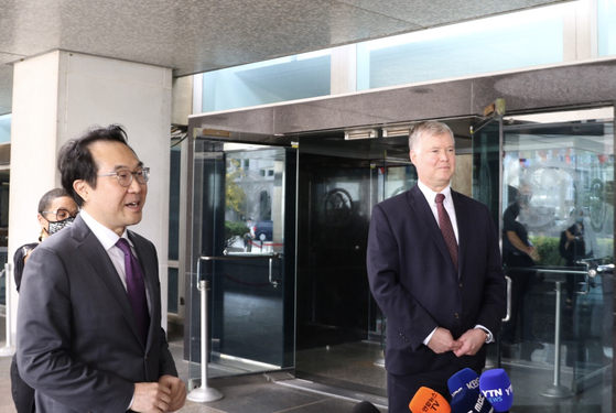 South Korea's top nuclear envoy Lee Do-hoon, left, and U.S. Deputy Secretary of State Stephen Biegun speak to reporters after holding bilateral talks at the U.S. Department of State in Washington on Monday. [YONHAP]