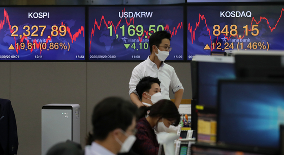 A screen shows the closing figure for the Kospi in a trading room at Hana Bank, central Seoul, Tuesday. [NEWS 1]