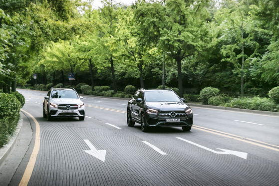Mercedes-Benz's GLB, left, and GLA SUVs on the road. [MERCEDES-BENZ KOREA]