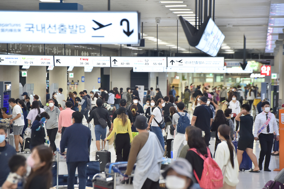 The departure terminal at Jeju International Airport is crowded on Sunday with passengers flying back to their homes on the mainland after spending the five-day Chuseok holidays on the southern resort island. [YONHAP]