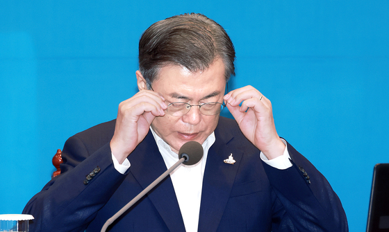 Last week, President Moon Jae-in expressed his regrets about North Korea's killing of a South Korean fisheries official on the West Sea, but stopped short of lodging a complaint to North Korea. [JOINT PRESS CORPS]