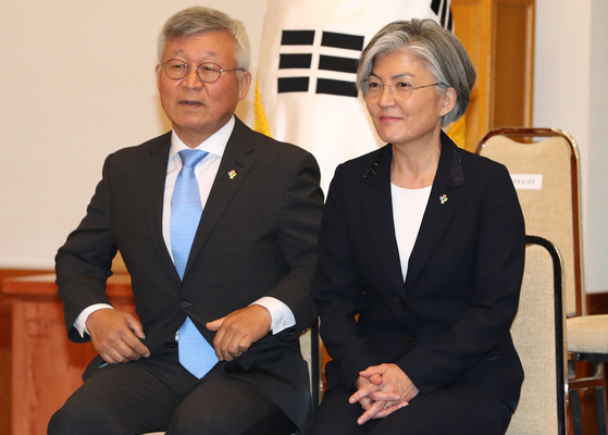 Lee Yill-byung, a professor emeritus of Yonsei University, left, and Foreign Minister Kang Kyung-wha, at Kang's appointment ceremony at the Blue House in June 2017. [YONHAP]