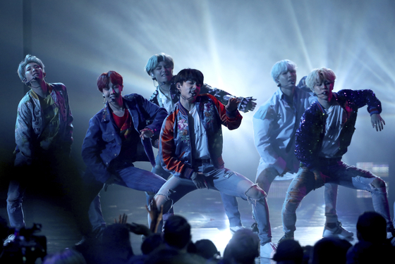 """BTS performs """"DNA"""" at the American Music Awards at the Microsoft Theater on Sunday, Nov. 19, 2017, in Los Angeles. [AP/YONHAP]"""