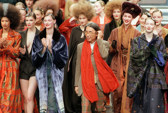 In this file photo taken on March 13, 1998 Japanese fashion designer Kenzo, center, salutes the audience at the end of his's ready-to-wear fall/winter 1998-99 collection presentation in Paris. The founder of the Kenzo fashion house, Kenzo Takada, has died from Covid-19, his spokesperson announced in Paris on Sunday. [AFP/YONHAP]