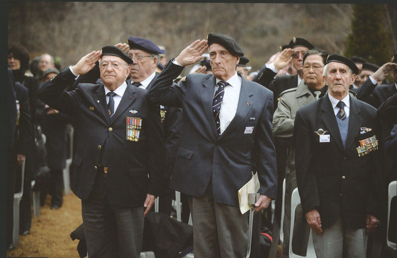 French veterans of the Korean War and officials of the French government visit the site of the Putchaetul battle in December 2008 and pay their respects to the fallen soldiers. [ECPAD/JEROME SALLES]
