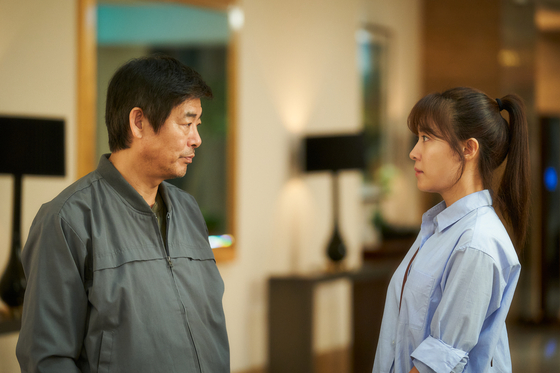Doo-suk and adult Seungi (played by Ha Ji-won) from the film. [CJ ENTERTAINMENT]