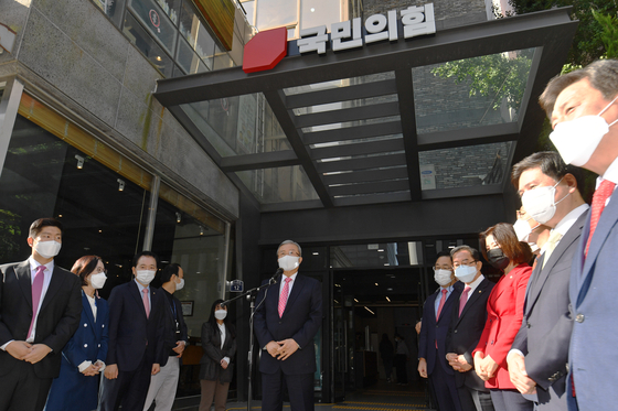 Acting head of the People Power Party (PPP) Kim Chong-in, center, gives a speech at the relocation ceremony of the party to its new headquarters in Yeouido, western Seoul, on Monday.  [YONHAP]