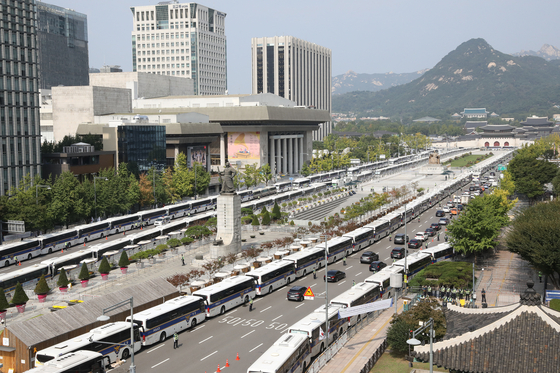 Hundreds of buses are positioned to block rallies on Gwanghwamun Square on Oct. 3. [YONHAP]