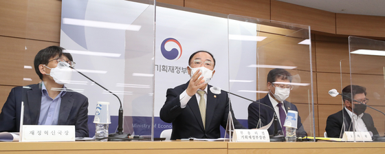 Finance Minister Hong Nam-ki, second from left, explains the fiscal rule during a press briefing held at Sejong government complex on Monday. [YONHAP]