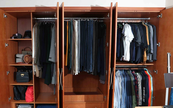Park's tidy wardrobe. Cleaning professionals recommend to hang clothes instead of folding them. [KIM SANG-SEON]