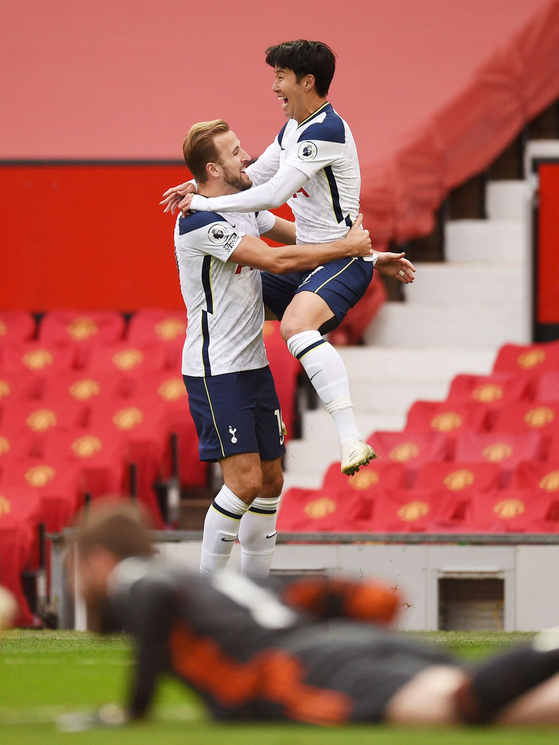 Son Heung-min of Tottenham Hotspur, right, celebrates with Harry Kane after scoring Spurs' second goal of the match against Manchester United at Old Trafford in Manchester, England on Sunday. [REUTERS/YONHAP]