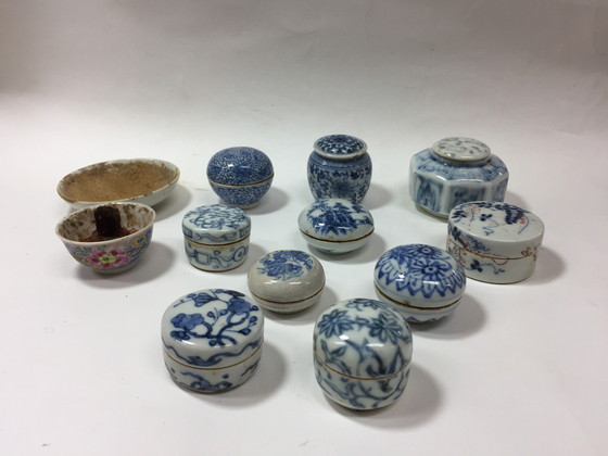Unearthed porcelain containers found inside Princess Hwahyeop's makeup box. Some of the porcelain is from China and Japan. They were found intact with cosmetic residue inside. [CULTURAL HERITAGE ADMINISTRATION]