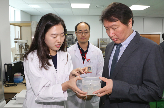 SK Group Chairman Chey Tae-won, right, visits SK Biopharmaceuticals' R&D center in Pangyo, Gyeonggi, in 2016. [SK GROUP]