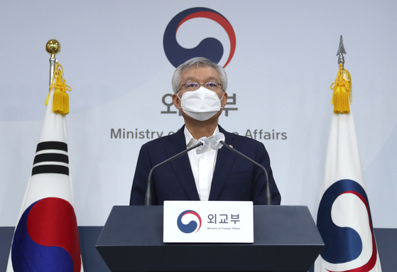 Korean Second Vice Foreign Minister Lee Tae-ho announces Tuesday at the Foreign Ministry in central Seoul that Korea and Japan agreed to implement fast-track procedures for businesspeople starting Oct. 8. [YONHAP]