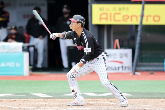 Park Yong-taik watches a hit during a game against the KT Wiz at KT Wiz Park in Suwon on Oct. 4. [NEWS1]