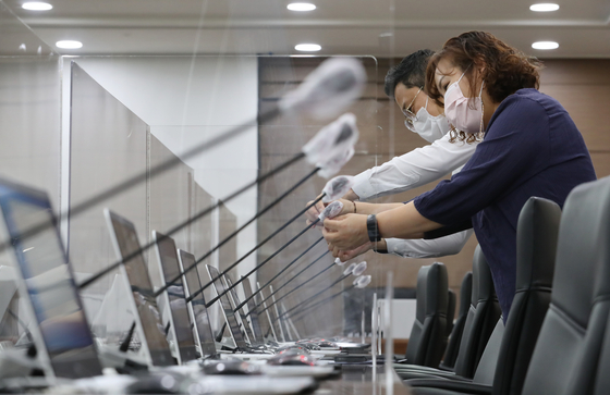 Officials take precautionary measures against the coronavirus at the Ministry of Economy and Finance in Sejong Tuesday, a day before parliamentary audits begin. [YONHAP]