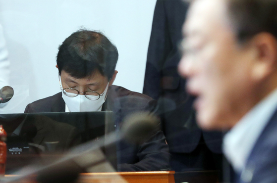 Blue House senior econmic affiars secretary Lee Ho-seung during a Blue House meeting on Sept. 14. [BLUE HOUSE PRESS CORPS]