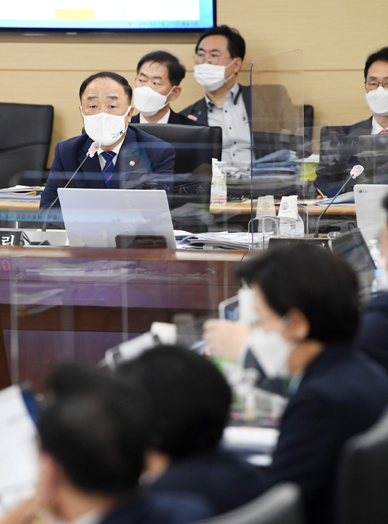 Finance Minister Hong Nam-ki attends the National Assembly audit at the government complex in Sejong, Wednesday. [YONHAP]